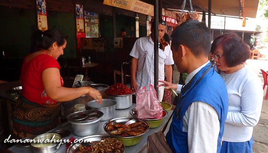penjual udang dan ikan goreng  di Maleko