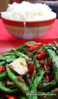 nasi putih hangat dan sayuran