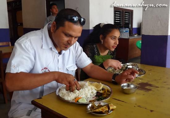 Hamid dan putrinya Grisma sedang menikmati makan siang