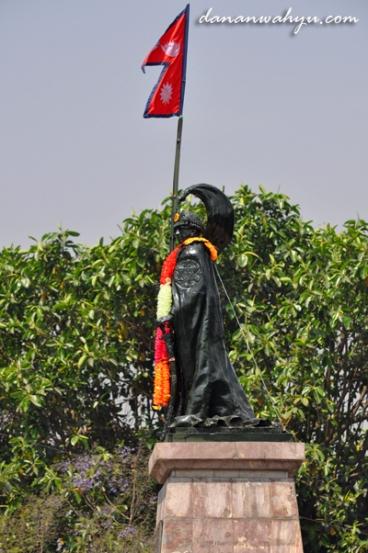patung Mahendra Bir Bikram Shah di bundaran Durbar Mar