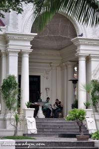 menikmati makan siang di bangunan bergaya neo klasik