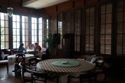 meja besar dengan taplak meja bermotif batik mendominasi ruang makan