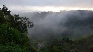 kabut menutupi Great Wall Bukittinggi