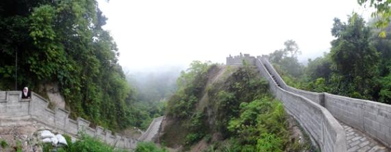 tembok di punggung bukit mirip Tembok Besar Cina