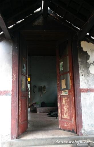 pintu belakang bangunan terhubung koridor