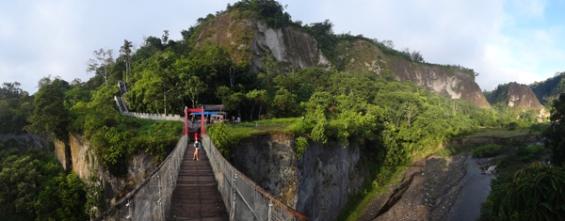 jembatan gantung di atas sungai ngarai Sianok