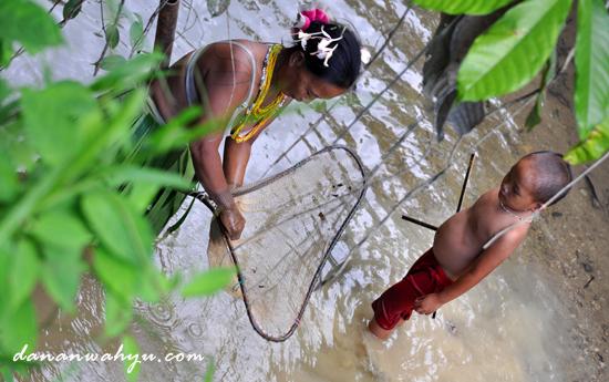 Mencari ikan - aktivitas wanita suku Mentawai