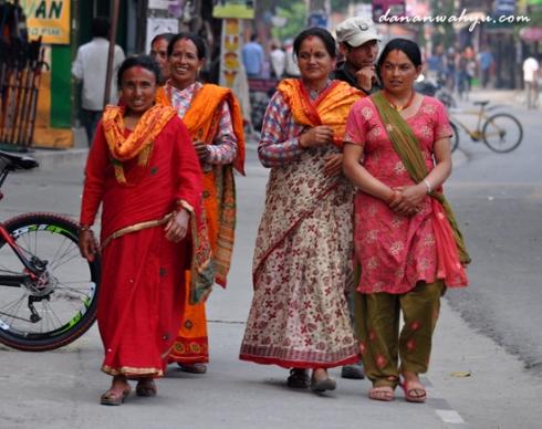penuh warna - pakaian wanita Nepal