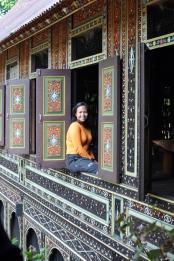 jendela dengan motif ukiran Motif Kuciang Lalok Jo Saik Galami