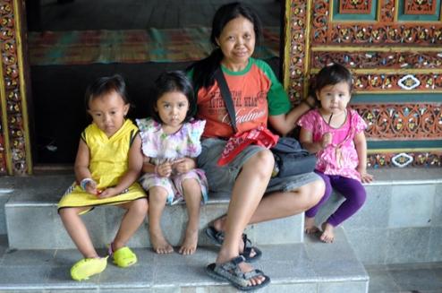berfoto bersama anak-anak bermain di halaman istana