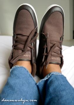 sepatu dan celana jeans compang-camping