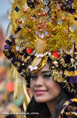 senyum merekah awak Jember Fashion Carnival