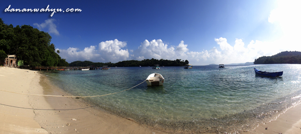pantai di kampung penduduk lokal