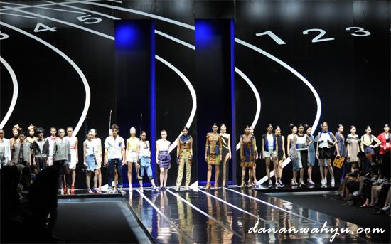 "Panggung Fashion Show ""CardioMind"" berbentuk lintasan lari"