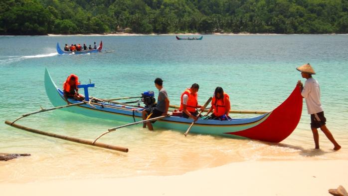 jukung warna-warni di pulau Kelapa