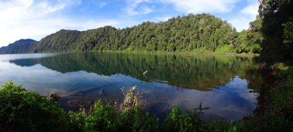 air jernih hingga ke dasar danau