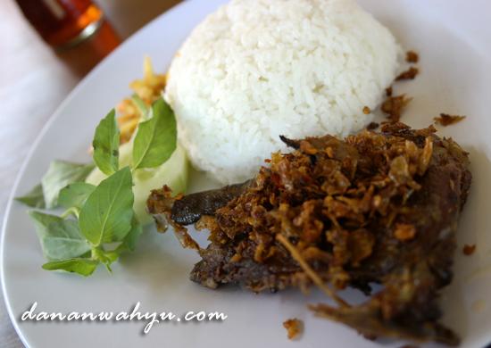 Seporsi Bebek Songkem lengkap dengan nasi putih dan lalapan
