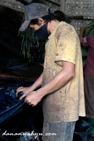 Sereben- proses pewarnaan latar batik