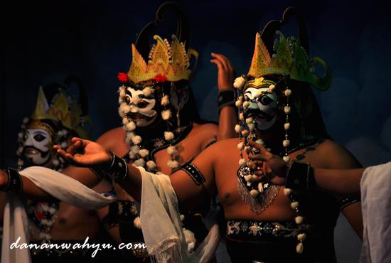 empat penari melakukan gerak Thandang Ghalak