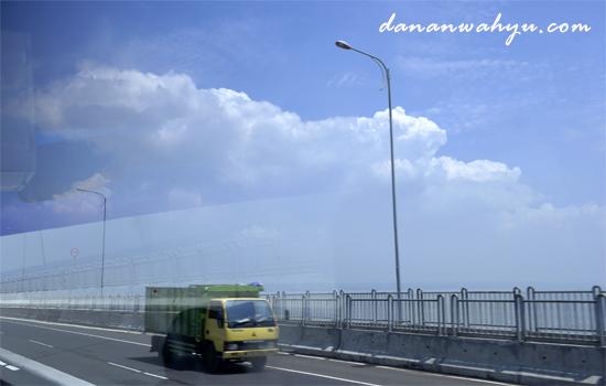 pengemudi tidak diijinkan berhenti di jembatan Suramadu