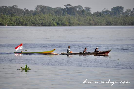 perahu jong di bawa ke pantai Ogis