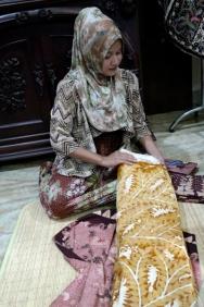 Ibu Wury Alim menjelaskan tahapan pembuatan batik