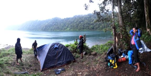 diguyur hujan di danau gunung tujuh