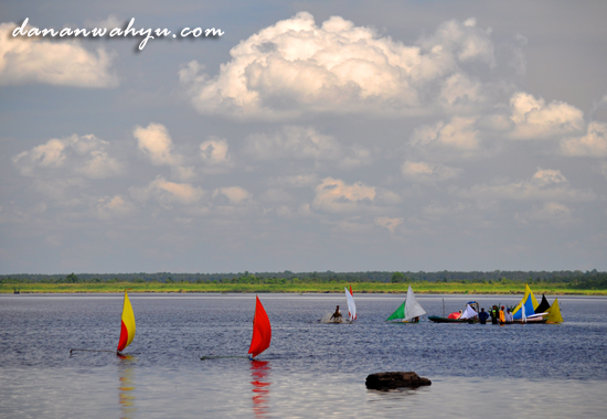 dua perahu jung memimpin perlombaan
