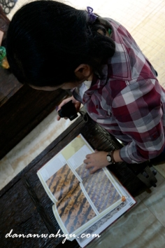 pengunjung asik mengulik buku Batik