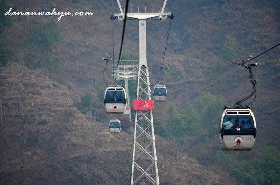 Gondola membawa peziarah menuju kuil Manakamana di ketinggian 1302 mdpl
