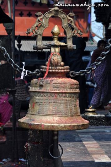 lonceng di kuil manakamana