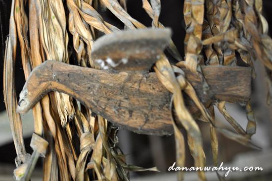 ukiran merpati digantung bersama daun kering