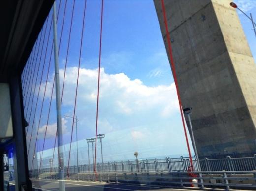Melewati jembatan Suramadu , penghubung pulau Jawa dan Madura