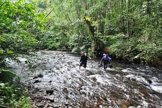 melintasi sungai berarus besar sebelum sampai ke Danau Kaco