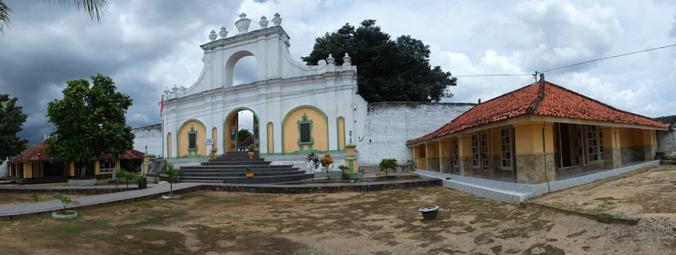 Gerbang makam timur Asta Tinggi