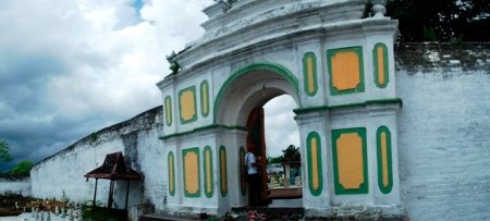 pintu gerbang masuk ke area tiga kubah di sebelah barat