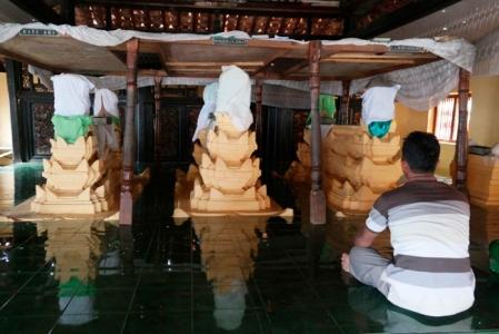 pengunjung di depan makam Ratu Ari, Pangeran Jimat dan R Ario Wironegoro