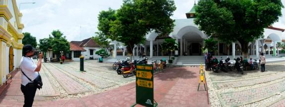 di halaman masjid hanya ada dua jenis pohon yaitu sawo dan tanjung