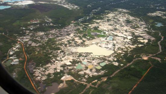 dari udara - lubang besar bekas tambang timah di Belitung