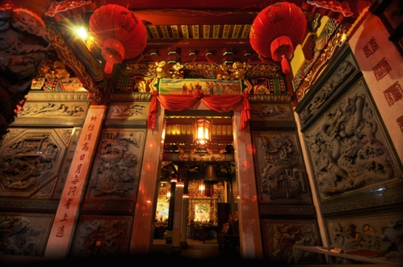 Relief karma pada dinding didatangkan langsung dari China