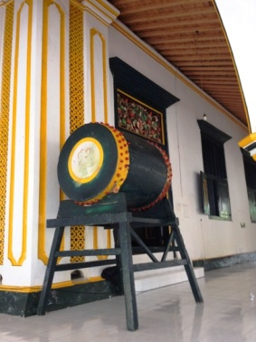 beduk di utara masjid