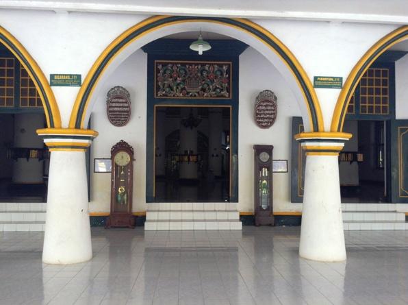 perpaduan budaya - pintu besar gaya Cina, ukiran Madura, kaligrafi Arab, jam bandul Eropa