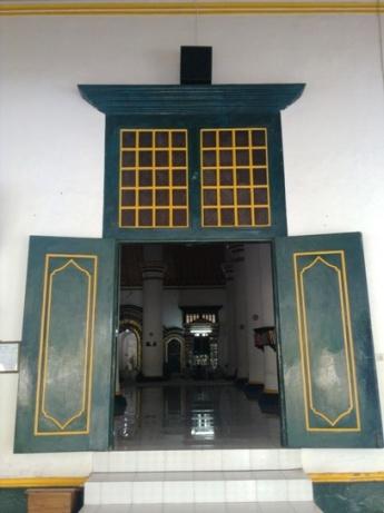 pintu ini mengingatkan rumah saudagar di film Kung Fu