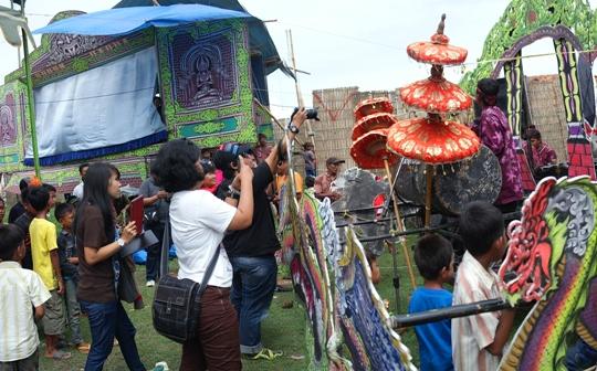 antusias menyaksikan musik gaul, kesenian tradisional Sumenep