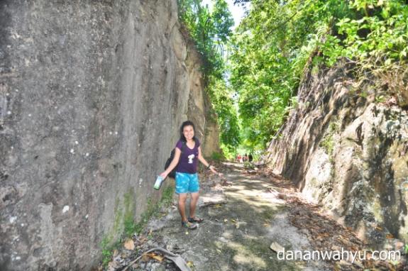 jalan dibangun dengan memecah bukit batu