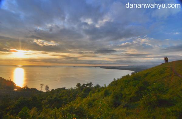 menyaksikan matahari terbenam dari  Puncak Langkisau