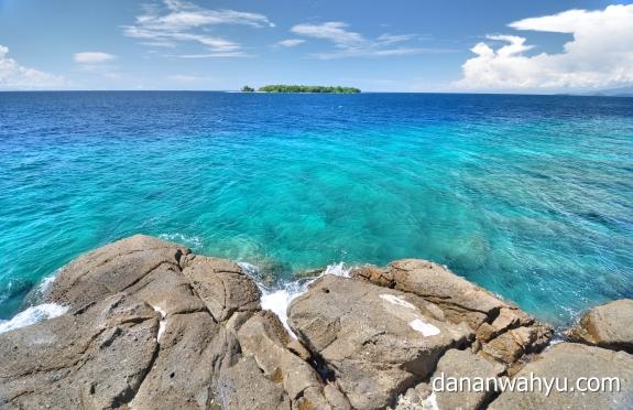 tebing curam dan pulau Sirandah Sikawai