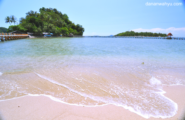 pantai Carocok dengan latarbelakang pulau Kereta dan Cingkuak
