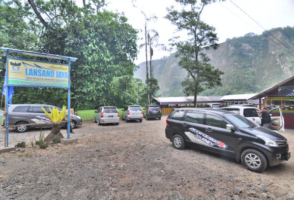 lahan parkir rumah Lansano Jaya sangat luas