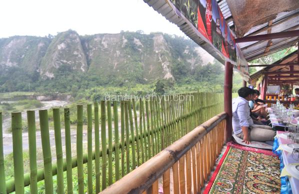 pemandangan ngarai dan sungai terlihat jelas dari pondok lesehan